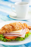 Formaggio del prosciutto del croissant fotografie stock