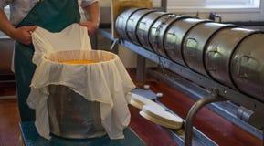 Formaggio dell'imballaggio dell'uomo pronto per elaborare Fotografia Stock