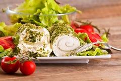 Formaggio di capra con insalata ed i pomodori ciliegia Fotografie Stock