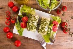 Formaggio di capra con insalata ed i pomodori ciliegia Immagini Stock