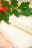 Formaggio di feta bulgaro bianco sulla scheda di taglio Immagine Stock