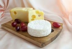 Formaggio di Jarlsberg con il formaggio e l'uva del camembert Immagine Stock Libera da Diritti