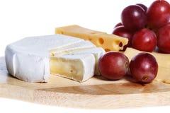Formaggio e frutta su fondo bianco Immagine Stock
