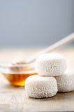 Formaggio e miele di capra freschi francesi fotografie stock