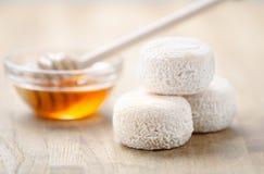 Formaggio e miele di capra freschi francesi fotografia stock libera da diritti