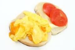 Formaggio e panino rimescolato dell'uovo aperti Fotografie Stock