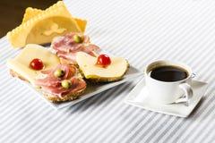 Formaggio e prosciutto per la prima colazione ed il caffè Fotografie Stock
