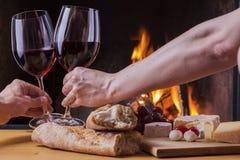 Formaggio e vino deliziosi al camino Fotografie Stock Libere da Diritti