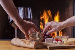 Formaggio e vino deliziosi al camino Fotografia Stock Libera da Diritti