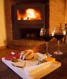 Formaggio e vino rosso in fonte del fuoco di ceppo Fotografia Stock Libera da Diritti