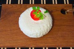Formaggio fresco con gusto ed aroma eccellenti Formaggio sul tagliere di legno con i pomodori e le erbe fresche fotografia stock