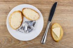 Formaggio fuso, panini con formaggio in piatto e coltello Fotografia Stock Libera da Diritti