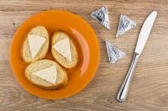 Formaggio fuso in stagnola, panini con formaggio in piatto Immagine Stock Libera da Diritti