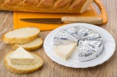 Formaggio fuso in stagnola in piatto, pane, panino con formaggio Immagini Stock Libere da Diritti