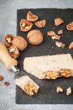 Formaggio gastronomico con le noci elaborato Fotografie Stock Libere da Diritti