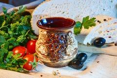 formaggio georgiano casalingo su un bordo di legno, pomodori ciliegia, noci, uva, spezie di Imeretian fotografia stock