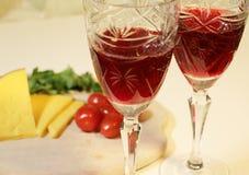 Formaggio giallo affettato e piccoli pomodori rossi Fotografia Stock
