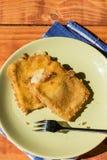 Formaggio giallo fritto fresco con farina e le uova sul piatto Fotografia Stock Libera da Diritti