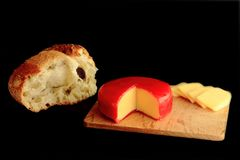 Formaggio Gouda e pane rustico immagine stock
