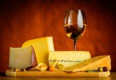 Formaggio Gouda e vino bianco Fotografia Stock Libera da Diritti