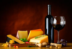 Formaggio Gouda e vino rosso Fotografia Stock Libera da Diritti