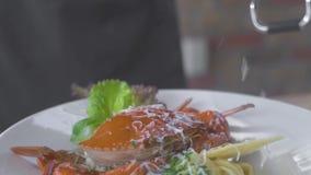 Formaggio grattare del cuoco del cuoco unico sulla grattugia per la pasta italiana di contorno con il granchio del mare Dimension stock footage