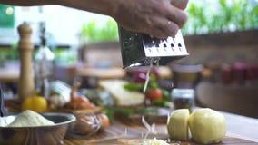 Formaggio grattare sul movimento lento della grattugia Fine sul formaggio stridente della latteria sulla grattugia per cucinare I archivi video