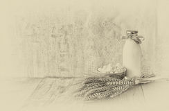 Formaggio greco, formaggio bulgaro e latte sulla tavola di legno sopra fondo strutturato di legno Foto in bianco e nero di Pechin Immagine Stock Libera da Diritti