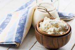 Formaggio handmade organico fresco che appende in garza grezza e zolla dell'annata Immagine Stock
