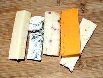 Formaggio Ingredienti, pezzo Raccolta del formaggio Formaggio che mette su un bordo Fotografie Stock
