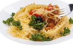 Formaggio, insalata ed olive saporiti della pasta Immagine Stock