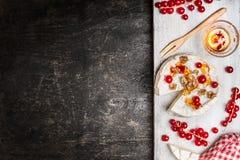 Formaggio maturato del camembert con le bacche e la salsa su fondo rustico, vista superiore Immagini Stock Libere da Diritti