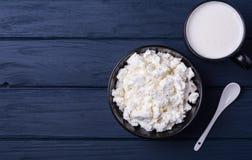 Formaggio organico degli agricoltori con la tazza di latte Fotografia Stock Libera da Diritti