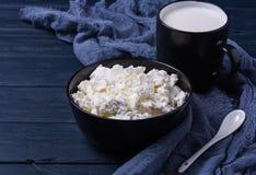 Formaggio organico degli agricoltori con la tazza di latte Fotografie Stock Libere da Diritti