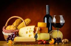 Formaggio, panino e vino rosso Fotografia Stock