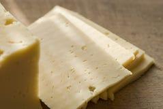 Formaggio a pasta dura affettato Fotografia Stock