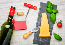 Formaggio a pasta dura del parmigiano di Reggiano del parmigiano e vino della bottiglia Immagini Stock