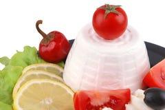 Formaggio a pasta molle della feta servito con le olive nere Immagine Stock Libera da Diritti