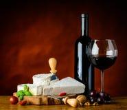 Formaggio a pasta molle e vino rosso Fotografie Stock Libere da Diritti