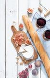 Formaggio, prosciutto di Parma, baguette, vino, fichi ed uva del camembert immagine stock