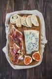 Formaggio, prosciutto di Parma e pane Immagini Stock