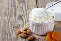 Formaggio sano di ottage del ¡ della prima colazione Ð, albicocche acide, matte e secche crema fotografia stock