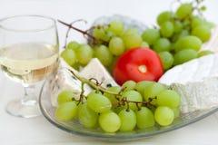 Formaggio, uva e vetro del vino bianco Fotografie Stock Libere da Diritti