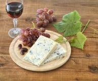 Formaggio, uva e vino su legno Immagini Stock