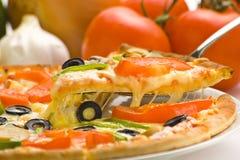 Formaggio verde oliva del fungo del pomodoro fresco casalingo della pizza Fotografia Stock