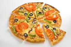 Formaggio verde oliva del fungo del pomodoro fresco casalingo della pizza Fotografia Stock Libera da Diritti
