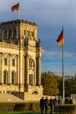 Formal gekleidete Leute, die zum deutschen Parlament gehen lizenzfreie stockbilder
