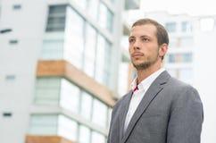 Formale Kleidung des Mannes beim Schauen der städtischen Umwelt Stockbilder
