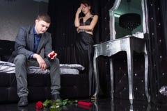 Formale Paare, die Argument mit Rosen auf dem Boden haben lizenzfreie stockfotos