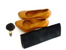 Formale Schuhe, Pulver-Bürste und Kupplung Stockfoto
